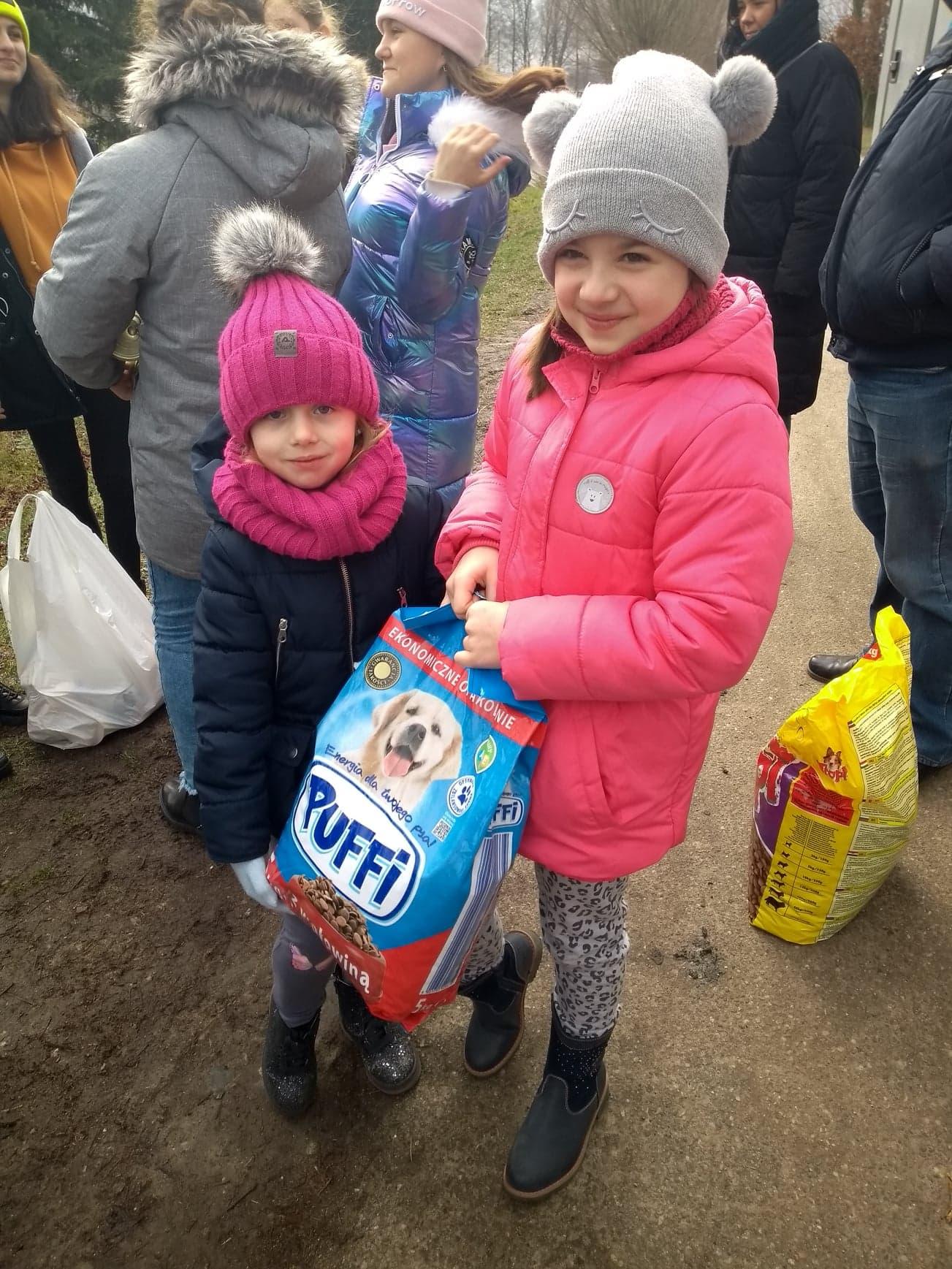 Dzieci z darami w schronisku.
