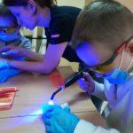 używamy lampy do plombowania zęba