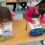 Dzieci rysują.