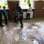 Dzieci ustalają trasę na macie do kodowania.