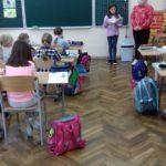 dziewczynki czytają klasie 2