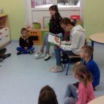 dziewczynki czytają przedszkolakom