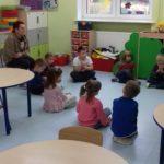 przedszkolacy słuchają czytanej bajki