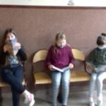 dziewczynki z klasy 3 czytają książki