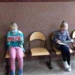 dziewczynki czytają książki