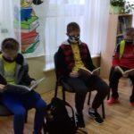 chłopcy z klasy 6 czytają książki