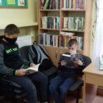 chłopcy czytają książkę