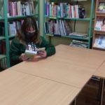 dziewczynka czyta książkę