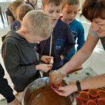 Uczniowie robią mufinki.