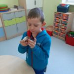 Uczeń je babeczkę.