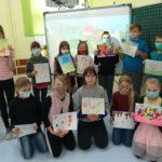 Uczniowie prezentuja swoje prace.