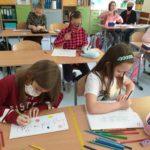 Uczniowie przygotowują foldery.