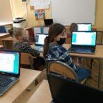 Uczniowie przedstawiają rozkodowane prace.
