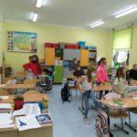 Uczniowie ćwiczą z DJ Miki.