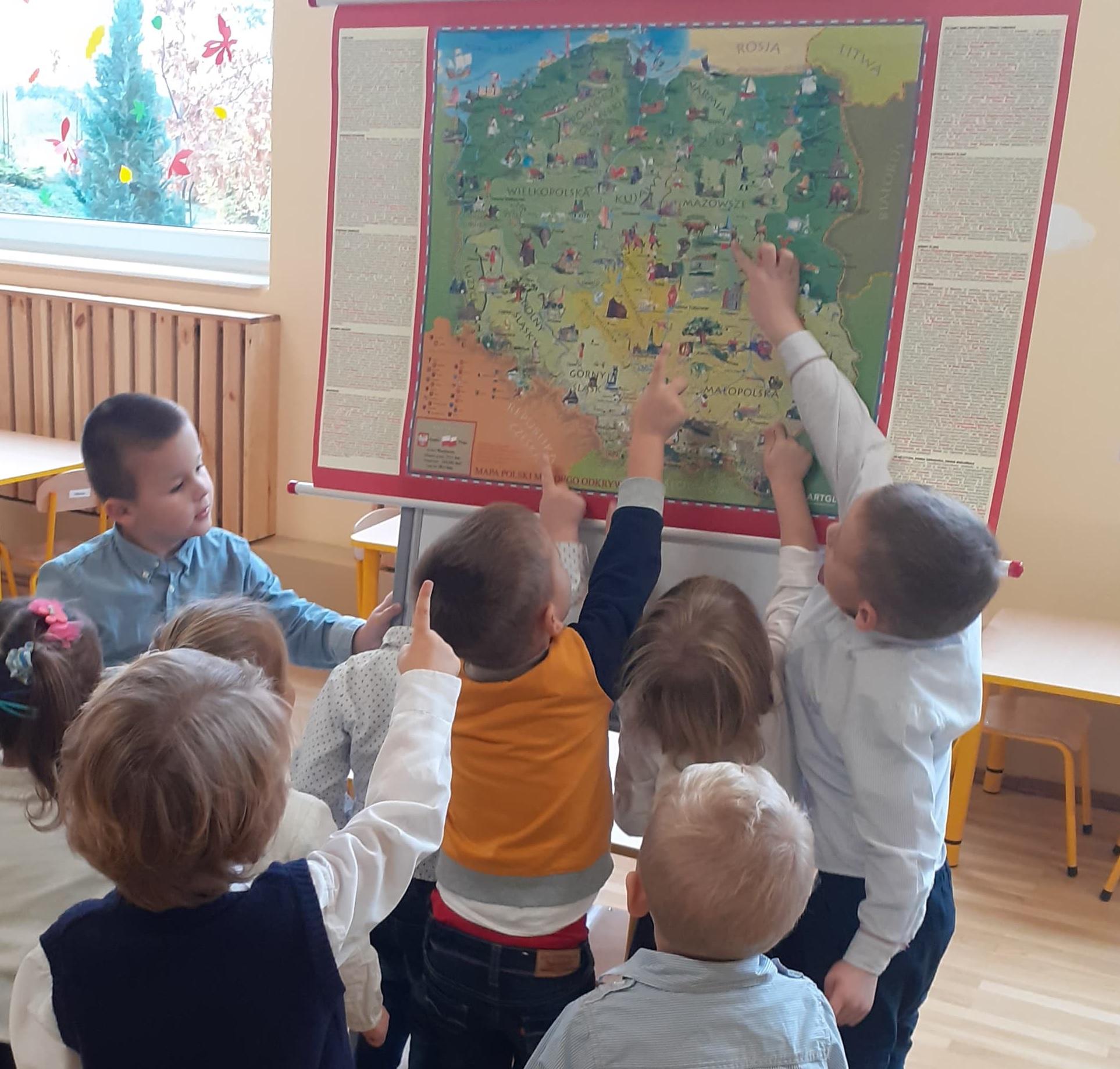 Dzieci oglądają mapę.