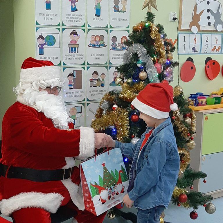 Mikołaj wręcza prezenty.