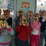 Dzieci z założonymi misiowymi maskami.