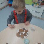 Dzieci ozdabiają ciasteczka.