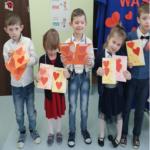Dzieci prezentują laurki.