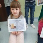 Dzieci prezentuja plansze z info o bezpiecznym internecie.