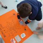 Dzieci wykonują plakat.