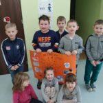 Dzieci prezentują plakat.