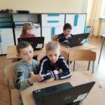 Dzieci pracują na komputerach.