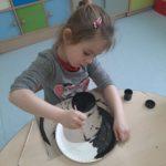Dzieci robią papierowe koty.