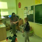 Chłopcy wręczają laurki.