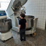 Dzieci obserwują pracę piekarza