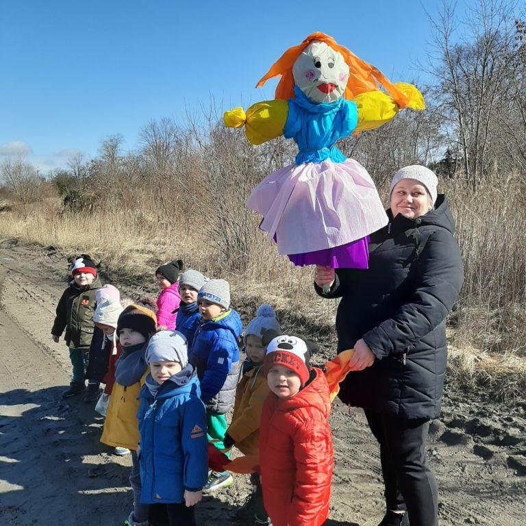 Dzieci maszerują z Marzanną.
