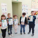Dzieci prezentują dyplomy.