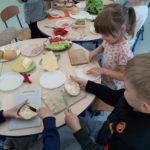 Dzieci przygotowują zdrowy posiłek.