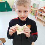 Dzieci zjadają przygotowane kanapeczki.