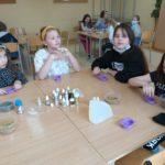 Dzieci robią mydełka.