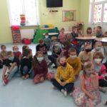 Dzieci słuchają pani z Sanepidu.