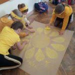 Wspólne wykonanie plakatu przez uczniów klasy drugiej.