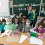 Dzieci prezentują napis.
