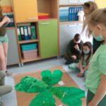 Dzieci robią koniczynę.