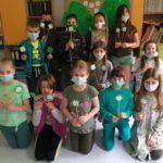 Dzieci prezentują koniczynki.