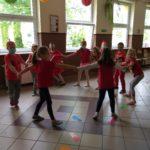 Dzieci tańczą.