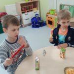 Dzieci jedzą pyszotki.