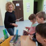 Pani Dyrektor wręcza dzieciom nagrody.