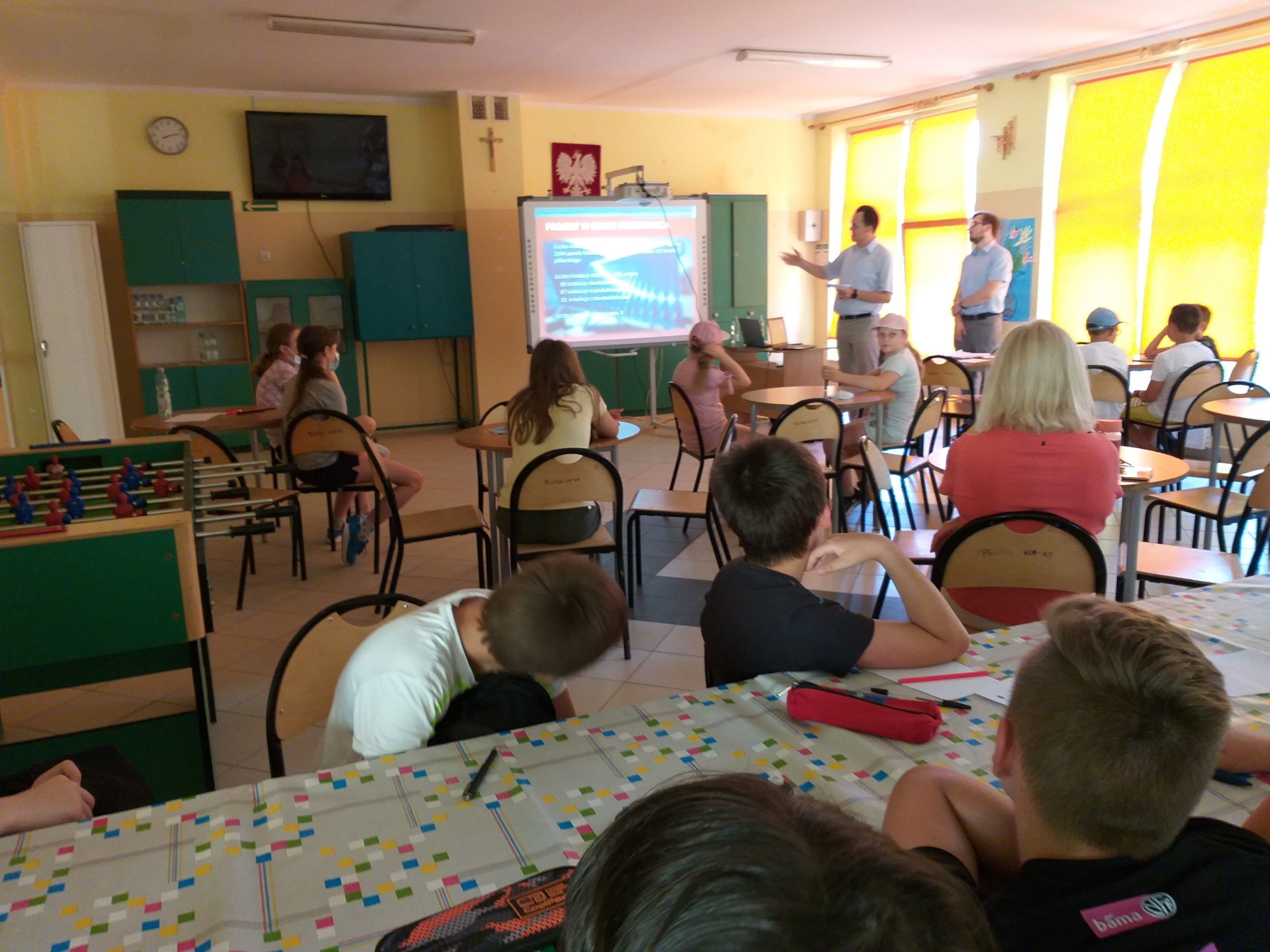 Dzieci słuchają prelekcji.