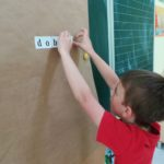 wspólne wykonanie plakatu przez uczniów klasy pierwszej.