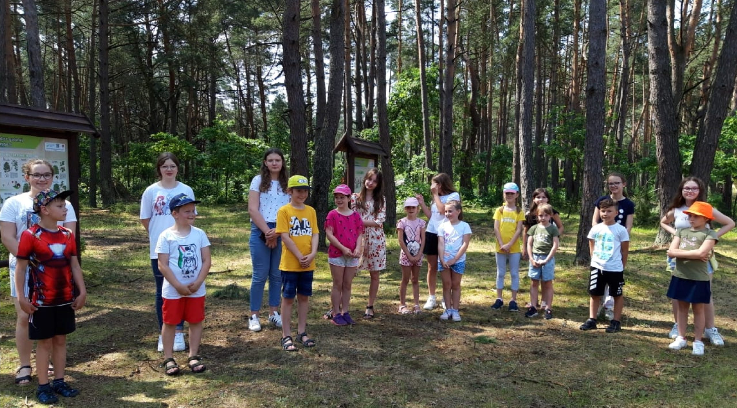 Dzieci bawią się w lesie.