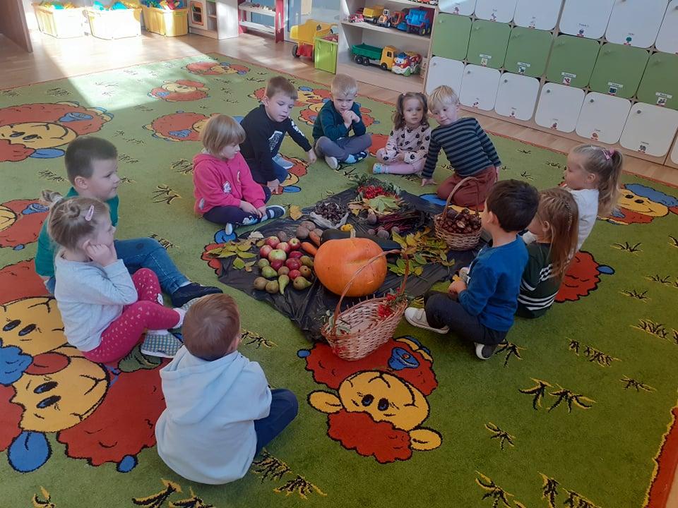 Dzieci oglądają dary jesieni.